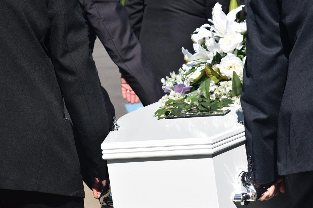 sonhar com caixão em funeral