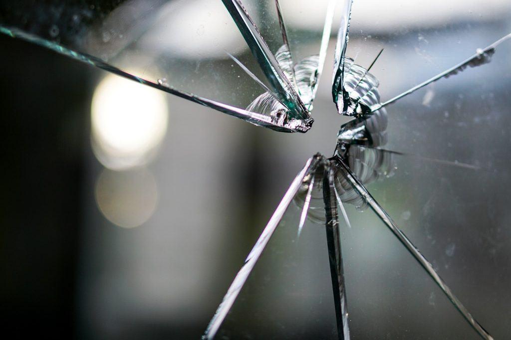 sonhar com vidro quebrado de janela