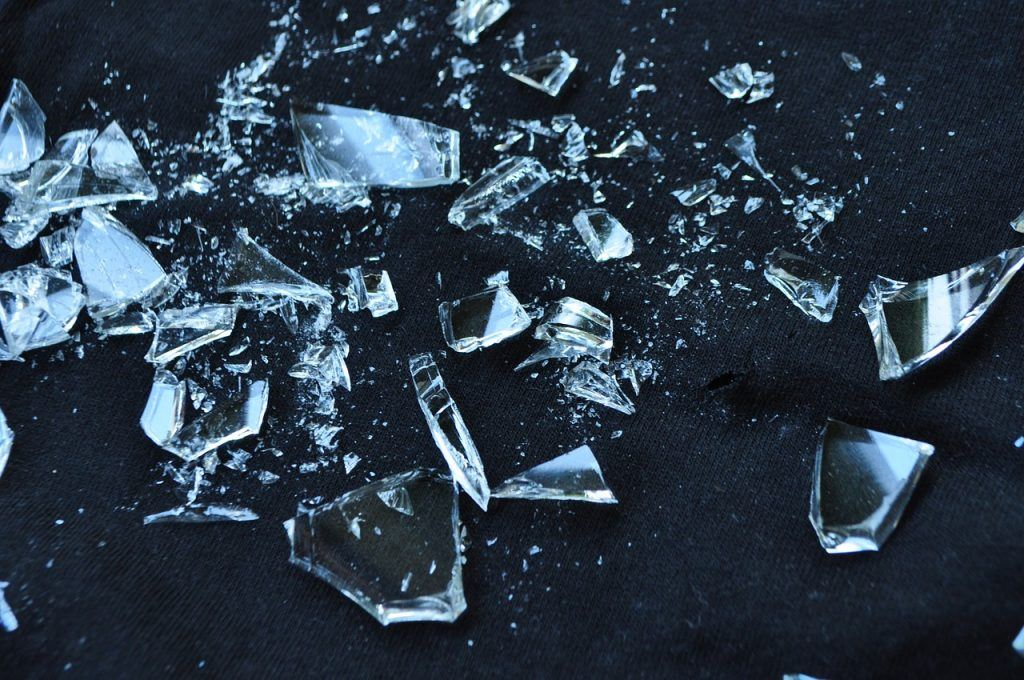 sonhar que vê um vidro quebrado
