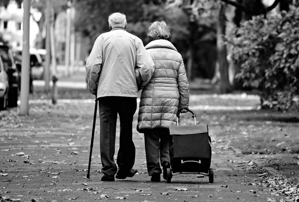 sonhar que vê idosos