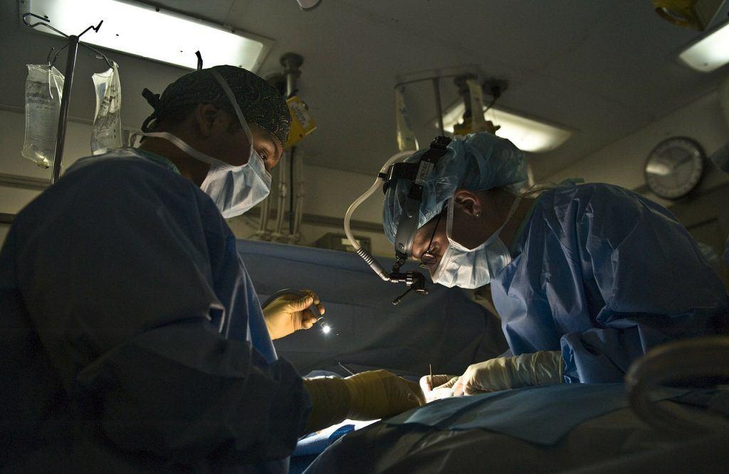 Sonhar que vê uma cirurgia