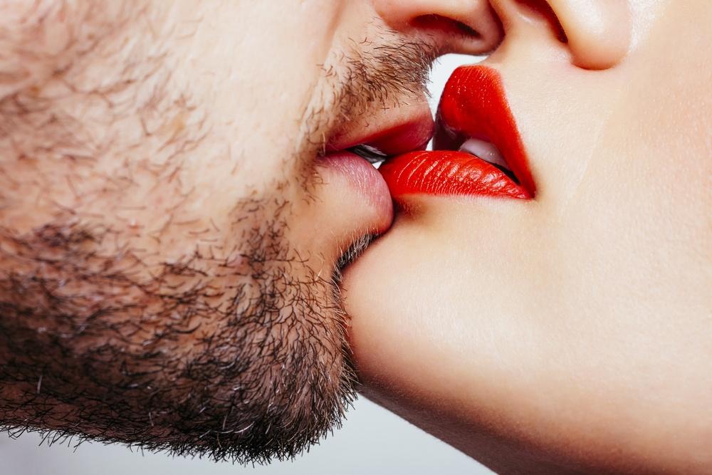 Sonhar que vê duas pessoas se beijando na boca