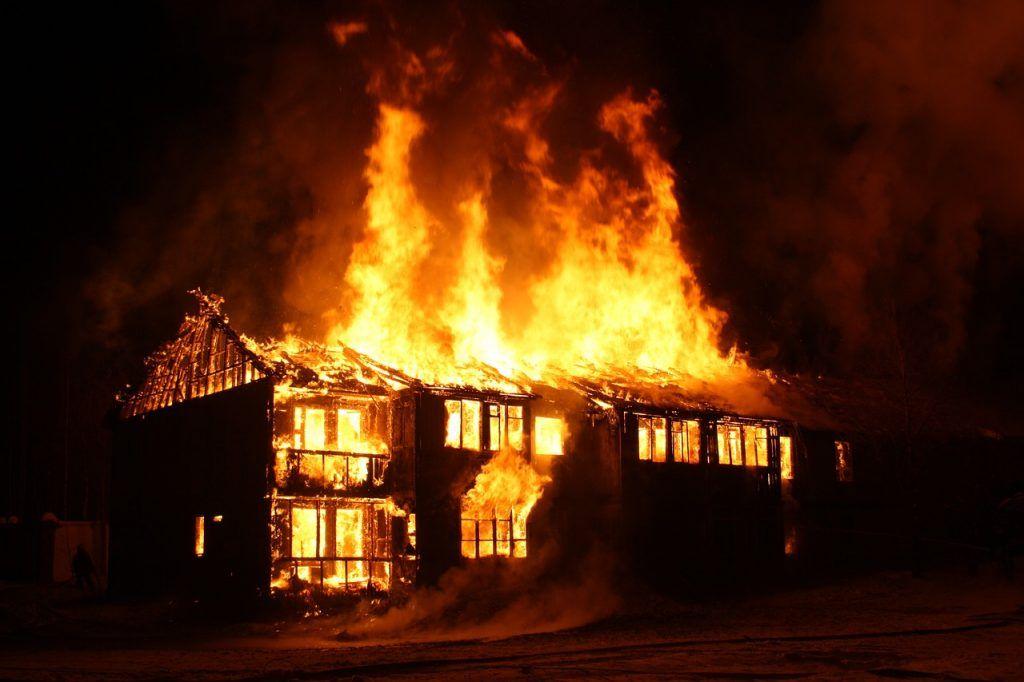 O que significa sonhar com casa pegando fogo?